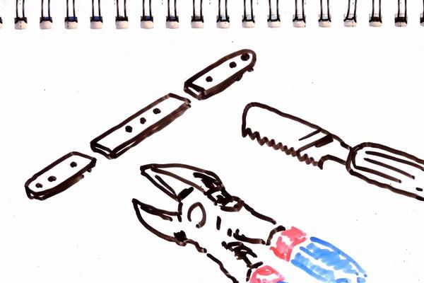 ミニ四駆のFRPステーやプレートを切る方法。カッターのこIIとニッパーを比較。