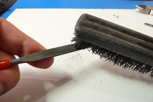 TOYz BAR☆ミニ四駆・FRPステーを削った後のヤスリは掃除しようね。