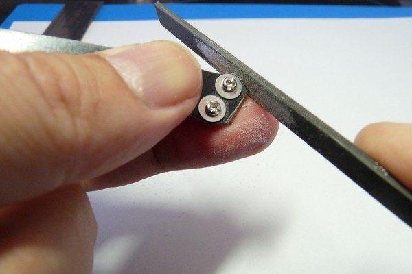 TOYz BAR☆ミニ四駆・FRPステーをヤスリで整形。ワッシャーを当ててきれいに削るよ。