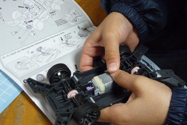 TOYz BAR☆ミニ四駆・ライキリ、小学1年生、がんばって組み立て。