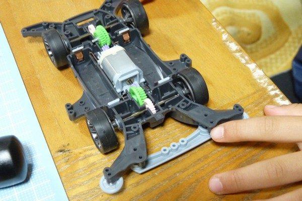 TOYz BAR☆ミニ四駆・ライキリ、小学1年生、がんばって組み立て。ピニオンギヤとカウンターギヤが干渉して回らない。