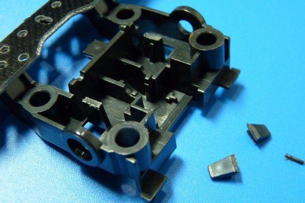 TOYz BAR☆ミニ四駆MSシャーシのリヤユニットが上下可動できるように加工。リヤユニットの爪を切断。