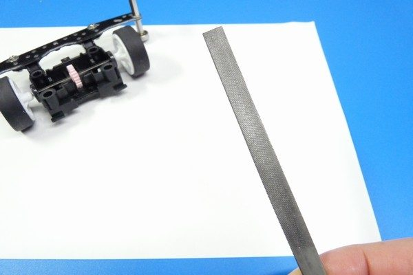 TOYz BAR☆ミニ四駆MSシャーシのリヤユニットが上下可動できるように加工。100均ヤスリ。