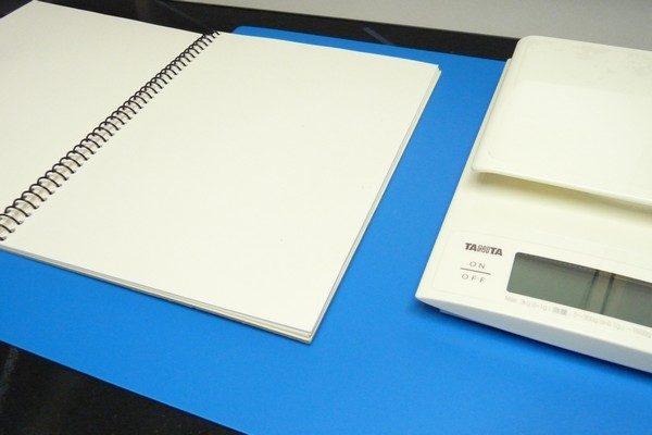 TOYz BAR☆ミニ四駆、前後重量配分を測定。スケールの高さ合わせにスケッチブック。