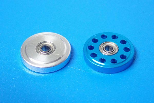 TOYz BAR☆ミニ四駆GUP 95382 軽量13mmオールアルミベアリングローラー(ブルー)。普通の13mmアルミベアリングローラーと比較。