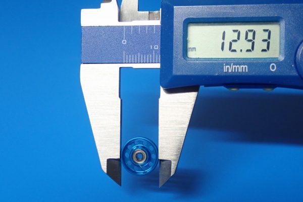 TOYz BAR☆ミニ四駆GUP 95382 軽量13mmオールアルミベアリングローラー(ブルー)。サイズ測定。