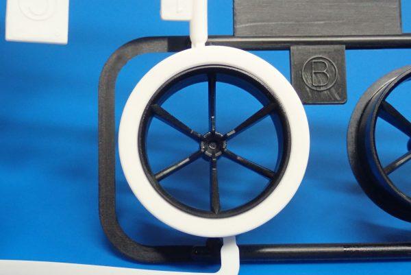 Yz BAR☆ミニ四駆GUP 95371 ハード大径ローハイトタイヤ&カーボン強化6本スポークホイール。タイヤ装着。