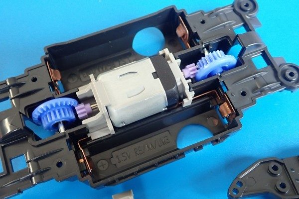 TOYz BAR☆熱湯によるミニ四駆シャーシのゆがみ修正、効果確認実験。組み立て中。