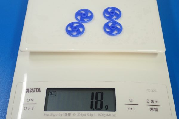TOYz BAR☆95391 低摩擦プラローラーセット (ブルー&ライトグリーン)。19mm低摩擦プラローラー(ブルー)、重量測定。